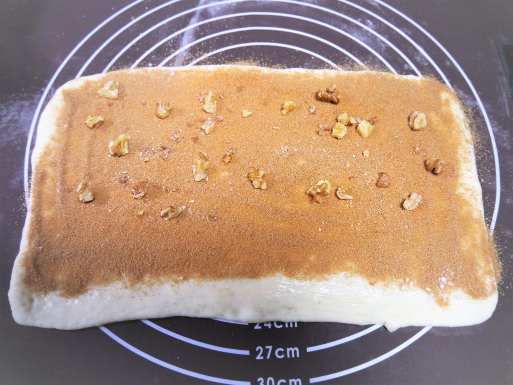 シナモンシュガーをふったパン生地