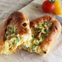 パン+卵をチンして焼くだけ!朝のおかずパン「ベイクドエッグボート」