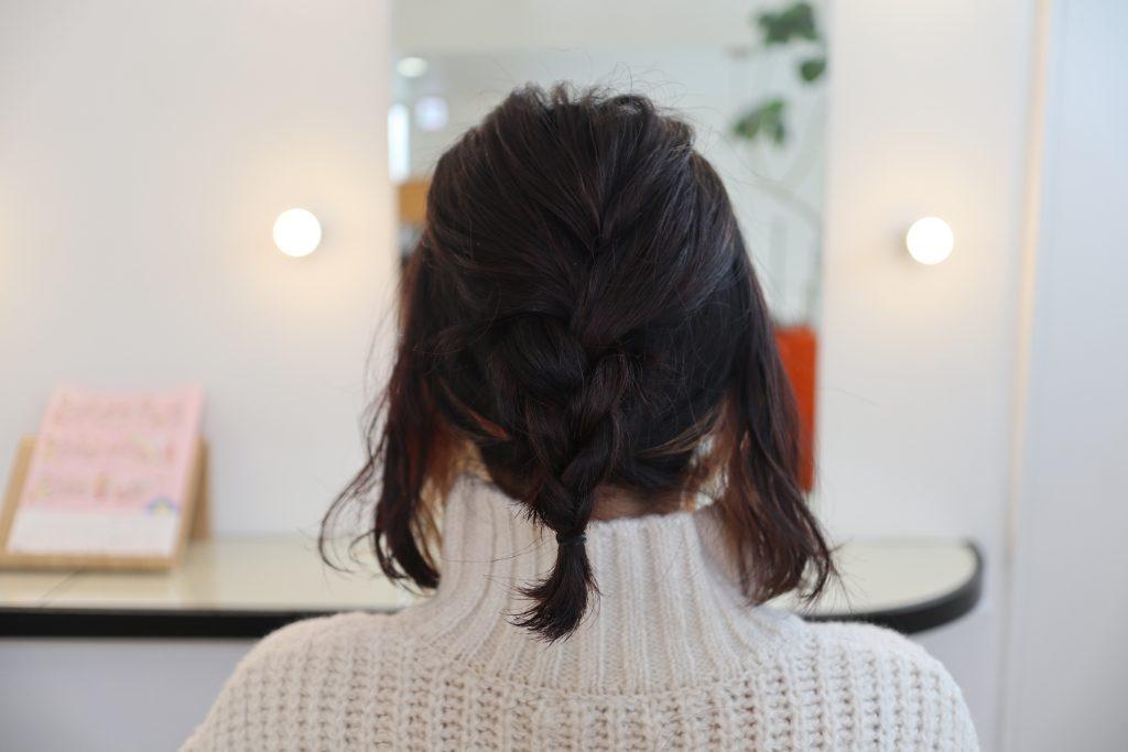 トップを三つ編みにして、逆くるりんぱの毛先に巻き付けます。