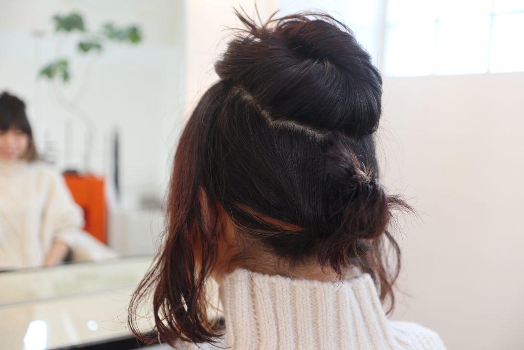 逆くるりんぱの毛先が長い場合は、写真のように、ゴムで簡単にお団子にすると可愛らしさが加わり、おすすめです。