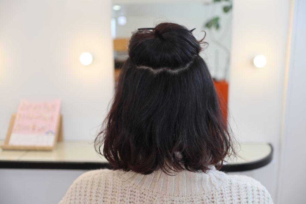 ハチ上のトップの髪だけを、あらかじめクリップなどでとめておく