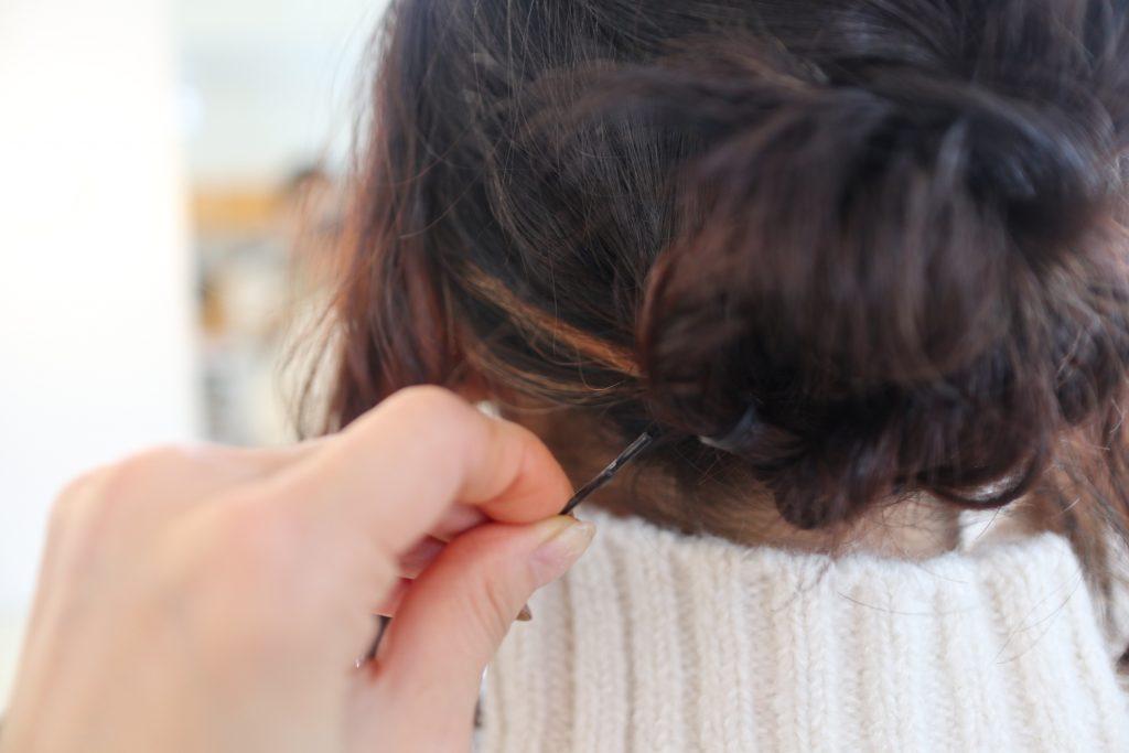 サイドのロープ編みを、逆くるりんぱの下の部分でクロスさせてピンで留めれば完全です。