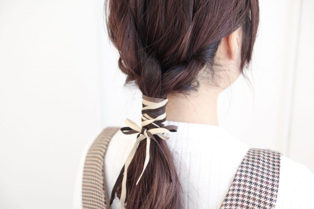 シンプルなまとめ髪にちょい足し!「革ひも」ヘアアレンジの作り方