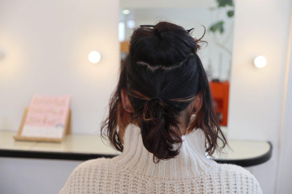 サイドとトップ以外の髪を、耳下あたりの高さでひとつにまとめます
