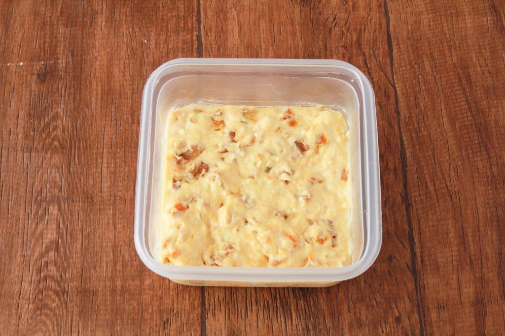 卵を加えて溶きほぐし、ホットケーキミックス、プレーンヨーグルト、クルミを加えて混ぜる。