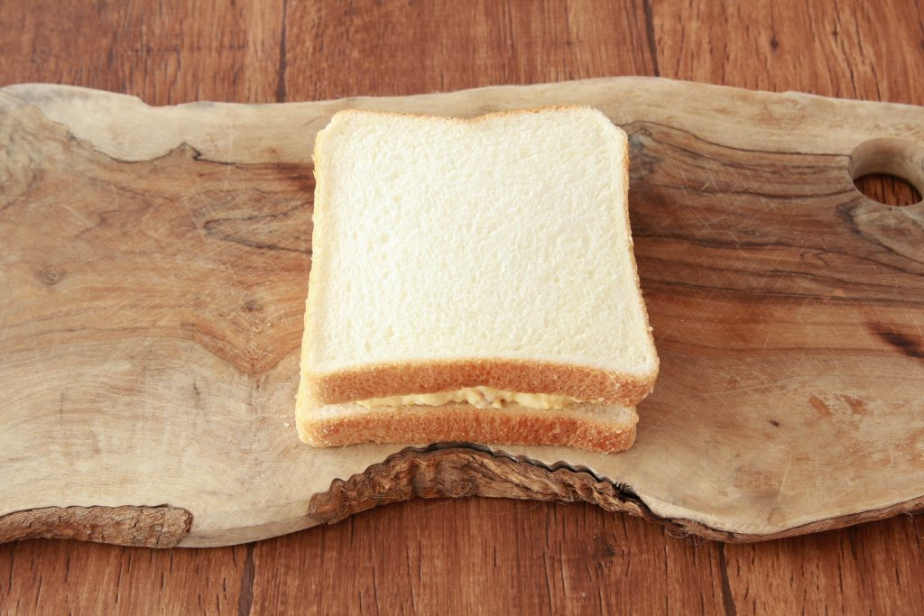 食パンでスクランブルエッグを挟む