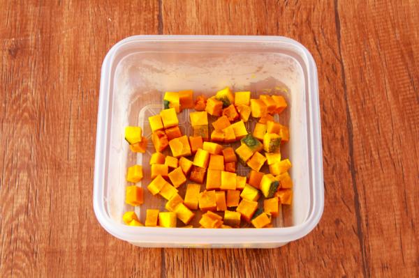 かぼちゃを耐熱保存容器に入れてふんわりラップし、600Wのレンジで2分加熱する。