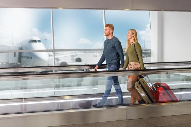 空港にいる男女