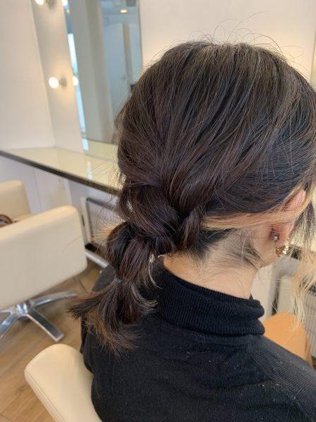 毛先の真ん中くらいをゴムで結び、上の部分を少し引き出して、ふわっと丸みのある玉ねぎヘア風にする。