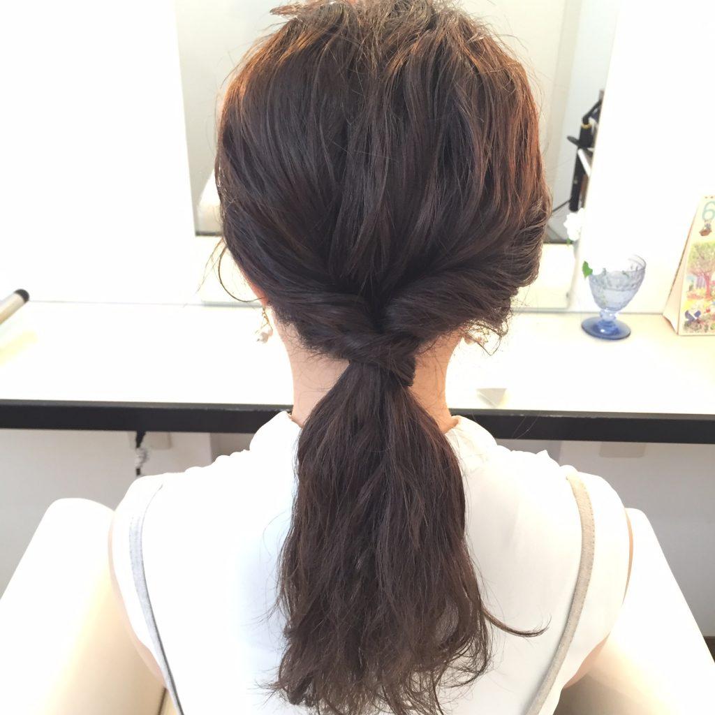 髪をひとつにまとめて、くるりんぱする。