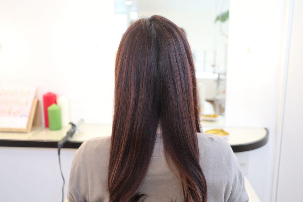 サイド、後ろで、髪を縦4つに分けます。