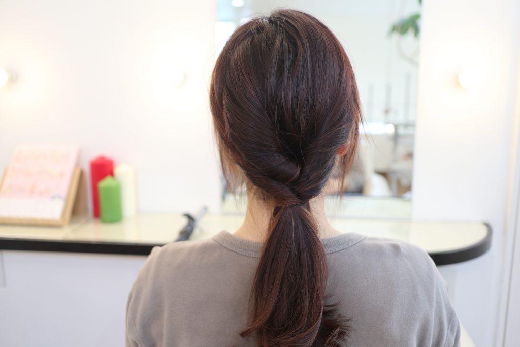 左サイドの髪を、くるりんぱした束と一緒に後ろにまとめてゴムで結び、くるりんぱします。