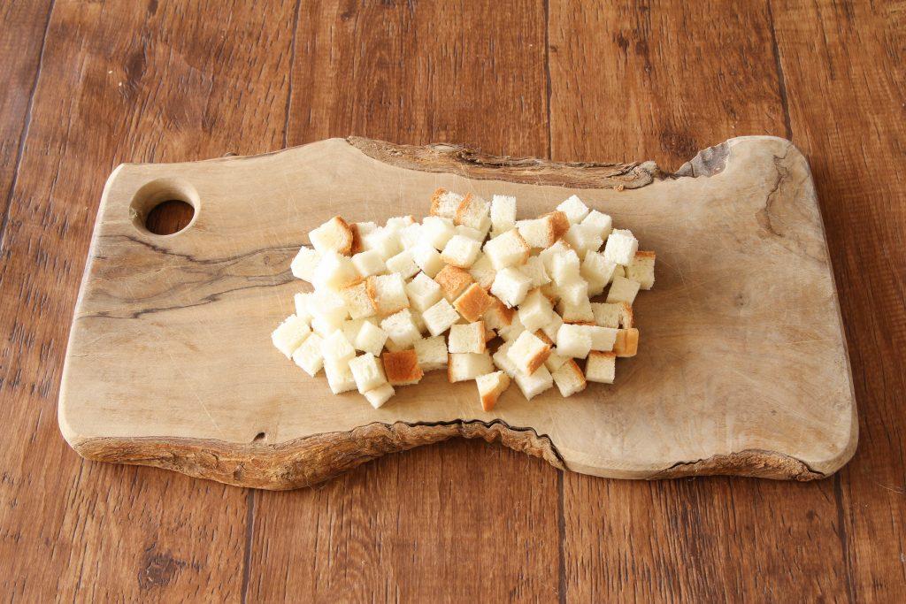 食パンは1.5cm角に切る。
