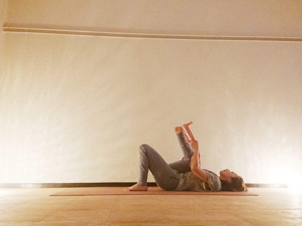 足の疲れスッキリ♪タオルを使えば寝たまま簡単「仰向けで足を上げるポーズ」