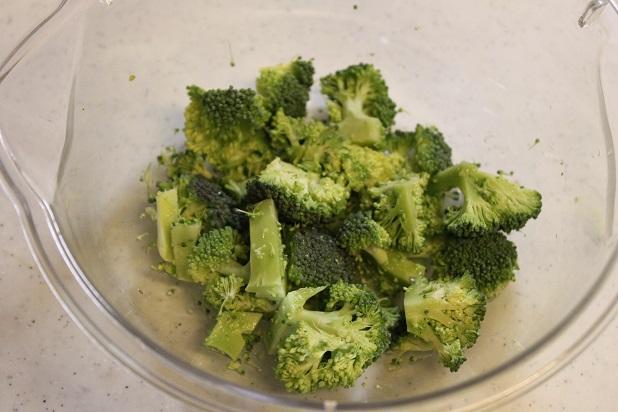 ブロッコリーは1cm角に切り、耐熱ボウルに入れる。