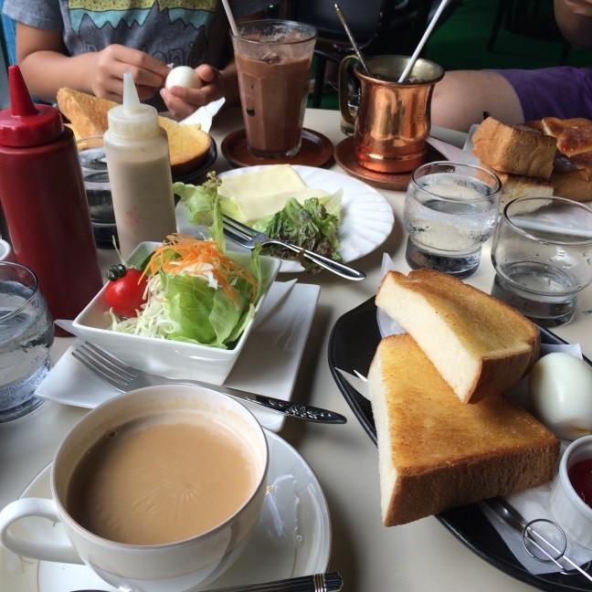 家族と楽しむ喫茶店のモーニング