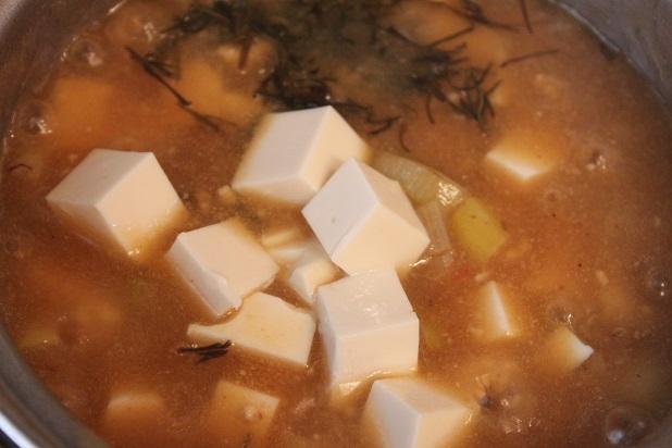 角切りにした豆腐と刻み昆布を入れる。