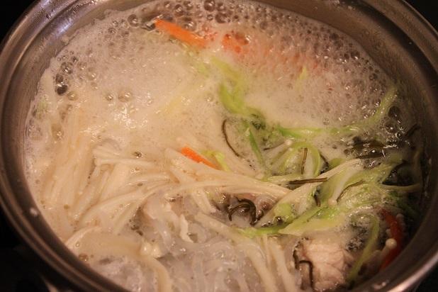 糸こんにゃくを適当な大きさに切って茹で、ザルに広げて、水分を切る。