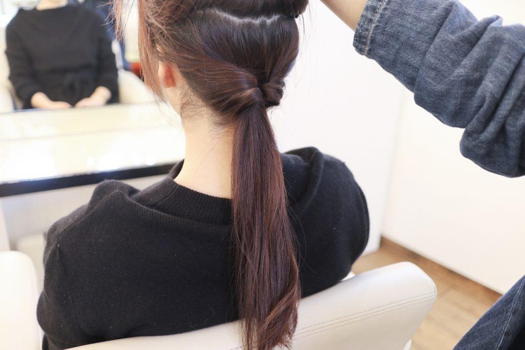 後ろの髪を上下に分け、まず、下側の髪をくるりんぱします