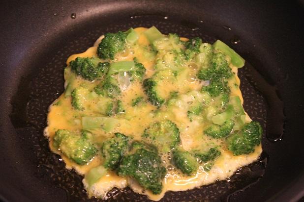 フライパンにオリーブ油を入れて中火で熱し、卵+ブロッコリーを流し入れる。