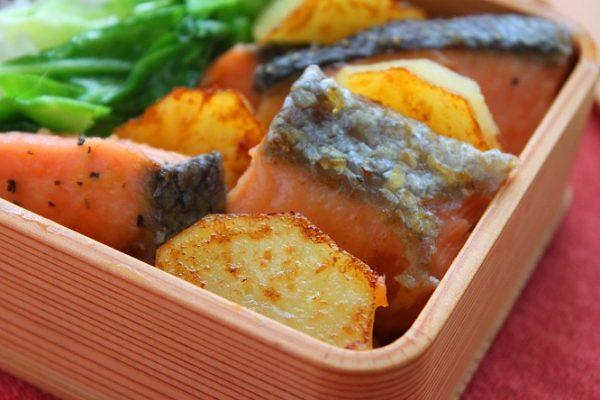 鮭はしっとり!おいもはホクホク「塩鮭とじゃがいものバター醤油」のお弁当 by:料理研究家 かめ代さん