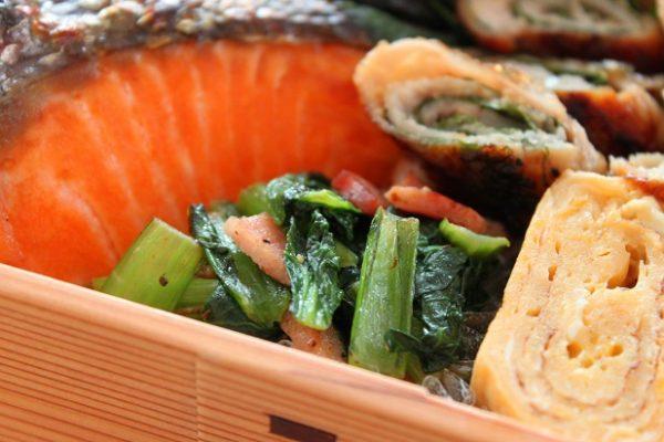 面倒な下茹で不要!「小松菜とベーコンの黒こしょう炒め」のお弁当 by:料理研究家 かめ代さん