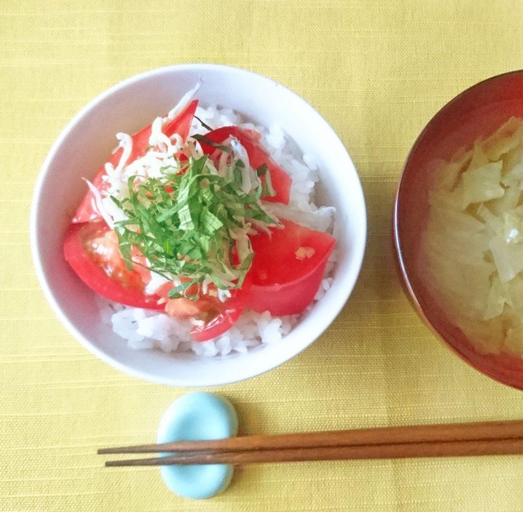 火を使わずすぐできる!トマトとしらすの「のっけ丼」 by:料理家 村山瑛子さん