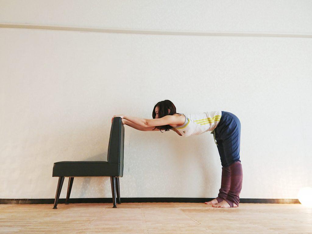 肩こりに効く!椅子を使って簡単にできる「肩ストレッチ」