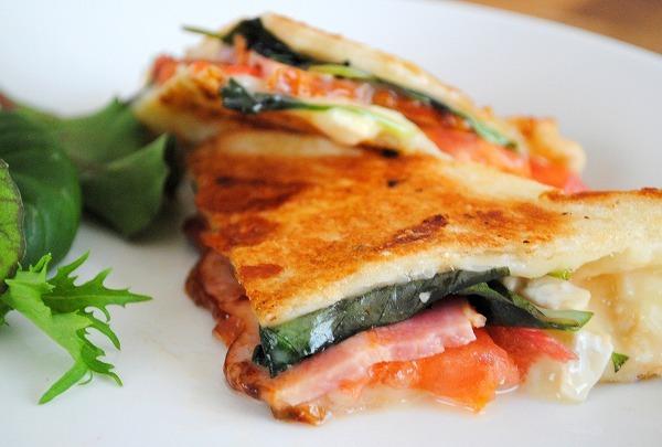 フライパンで簡単&おいしい♪食パンdeトマトとバジル、モッツァレラ、ベーコンのパニーニ うりぼうさん