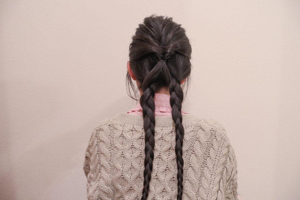 髪を左右に分け、それぞれを三つ編みにします。
