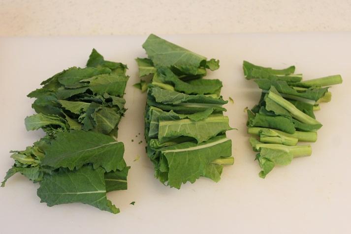菜の花は、茎の固い部分は切り落とし、3cm幅に切っておく。