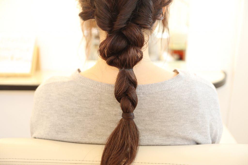 残った毛でもう一度三つ編みして、ほぐします