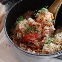 うま味たっぷり!丸ごとトマトと白だしで簡単「洋風炊き込みご飯」