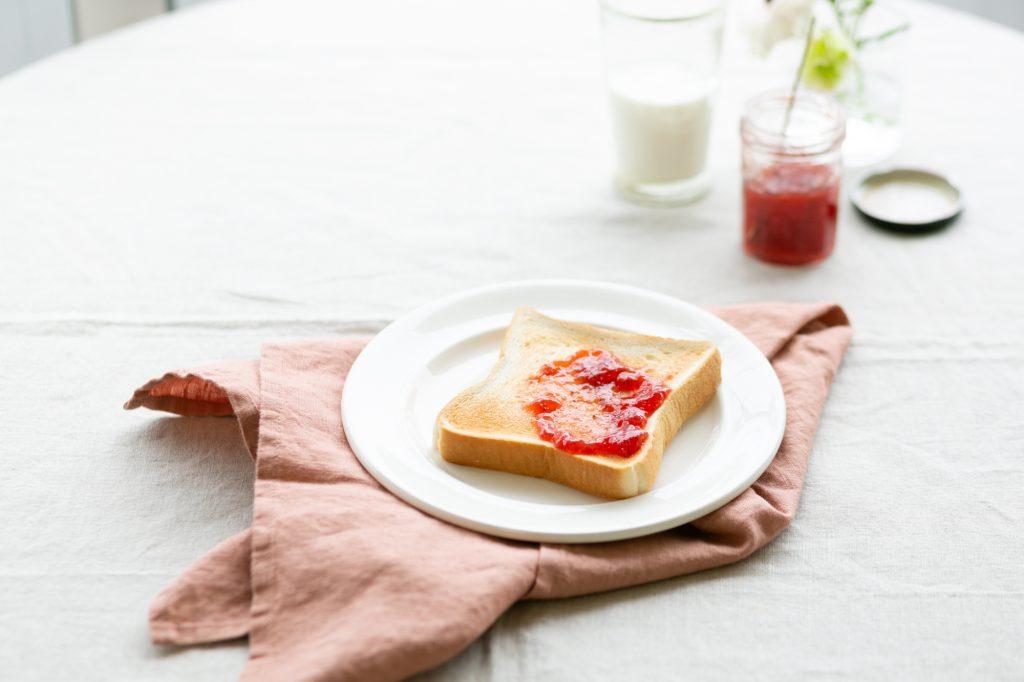 朝のジャムトースト