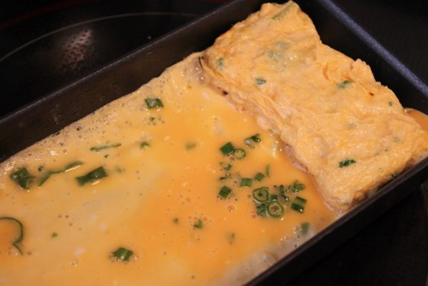 卵焼き器を中火で熱し、小さく切って畳んだ紙タオルで全体に油を広げてなじませる。通常通りに卵焼きを作る。