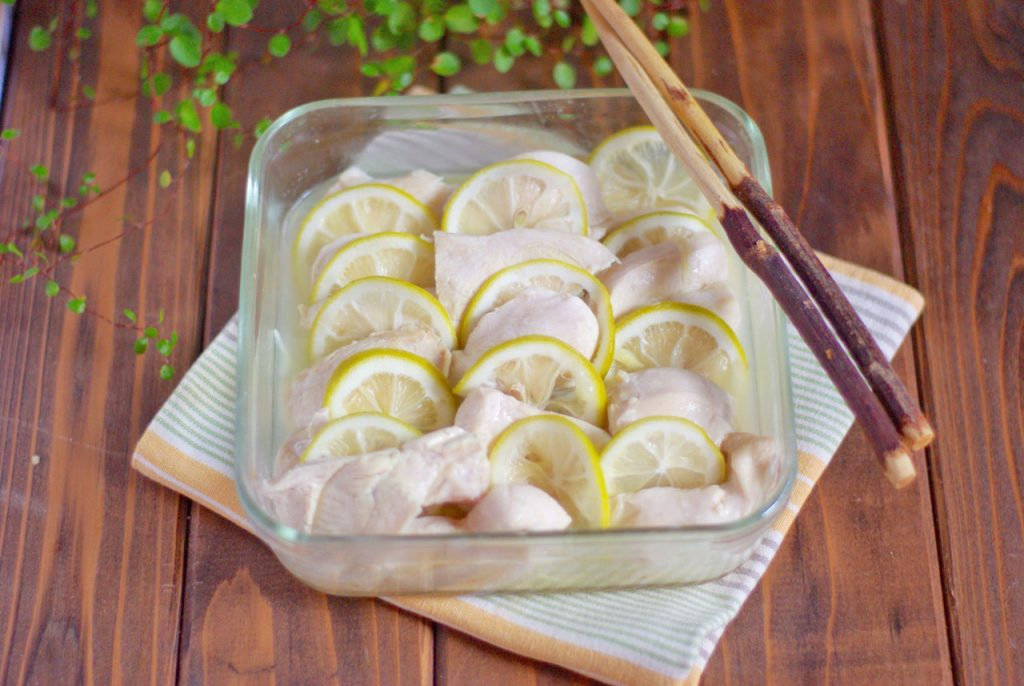 ヘルシーでしっとり!レモンとしょうがが香る「鶏むね肉のレンジ蒸し」