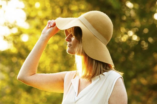 帽子をかぶった女性