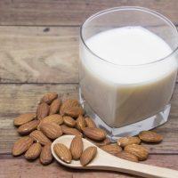 牛乳よりぐっと低カロリーって知ってた?「アーモンドミルク」の魅力とは