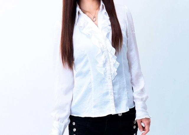 白いブラウスを着た女性