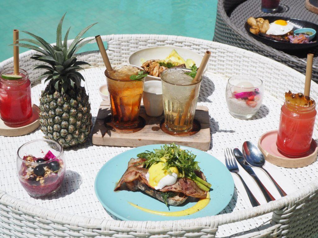 プールに浮かんで朝食を楽しむ!バリで体験できる「フローティングブレックファースト」♪