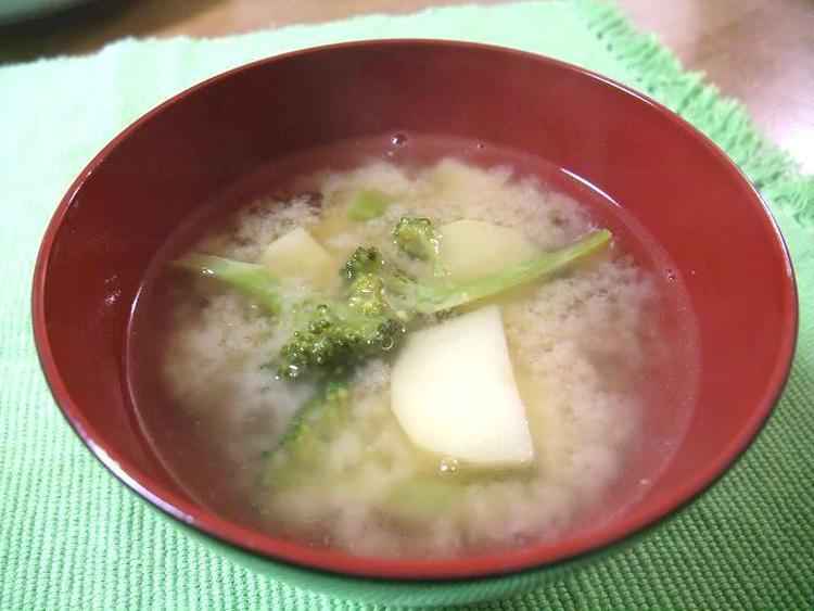 (ジャガイモとブロッコリーのバター入り味噌汁 by:やまがたんさん)