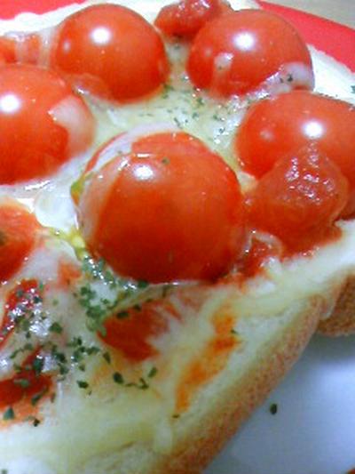 トマトが甘~い♪丸ごとトマトのゴロゴロ☆ピザトースト♪ by toshieさん