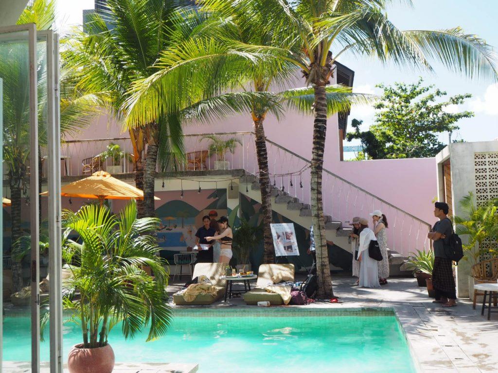 プールの上で朝食を楽しむ!バリで体験できる「フローティングブレックファースト」♪
