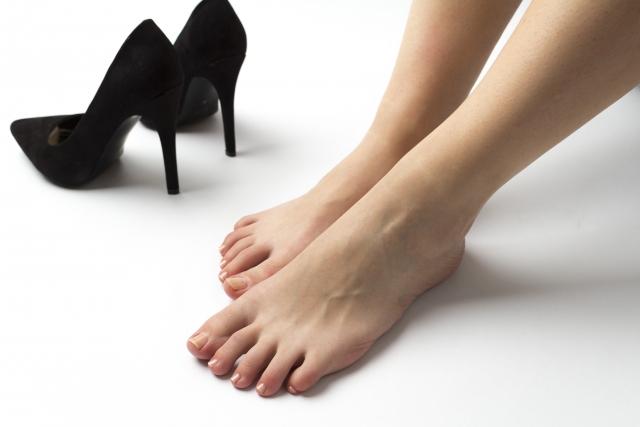 靴を脱ぐ女性