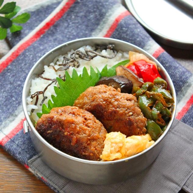 ハンバーグ&焼き野菜、ピーマンのケチャップ炒め、炒り卵、白ごはんと塩昆布のお弁当