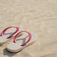夏の必需品♪英語の「flip-flops」の意味は?
