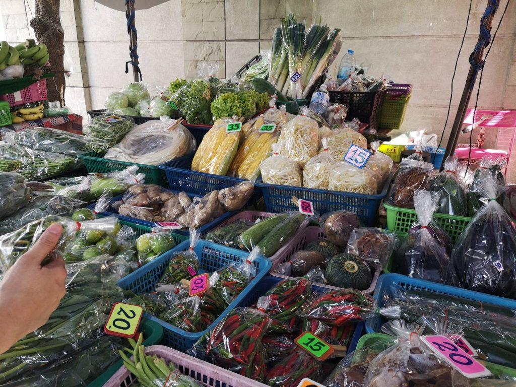 タイの市場で楽しむ朝時間