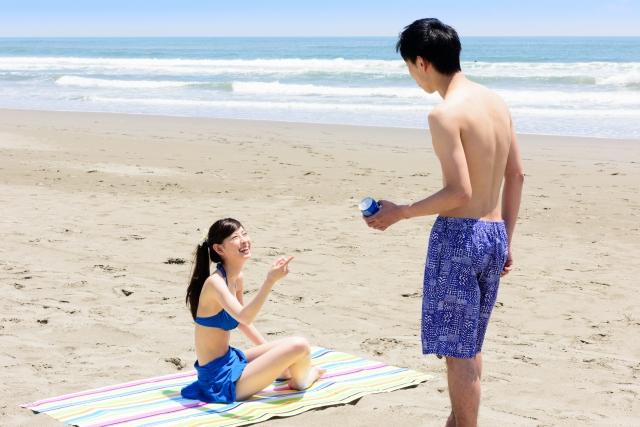 ビーチで遊ぶ男女