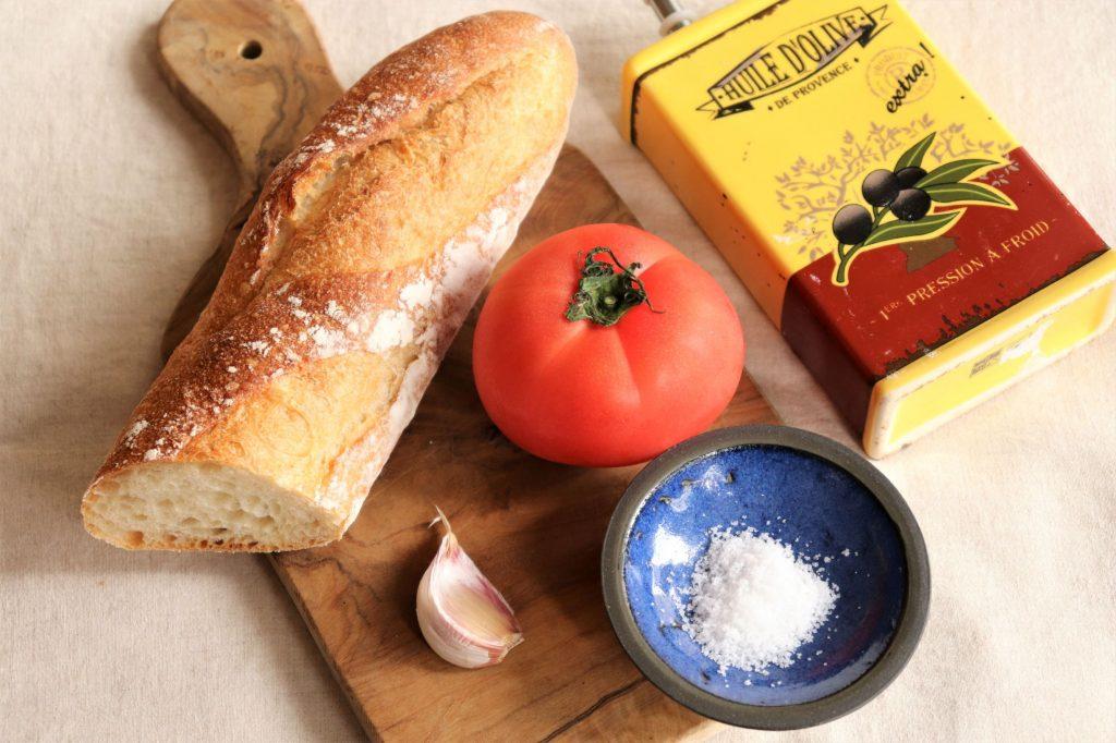 余ったパンが大変身!スペイン名物、簡単「パンコントマテ」の材料