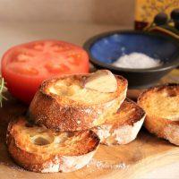 止まらない美味しさ!余ったパン+トマトで簡単「パンコントマテ」